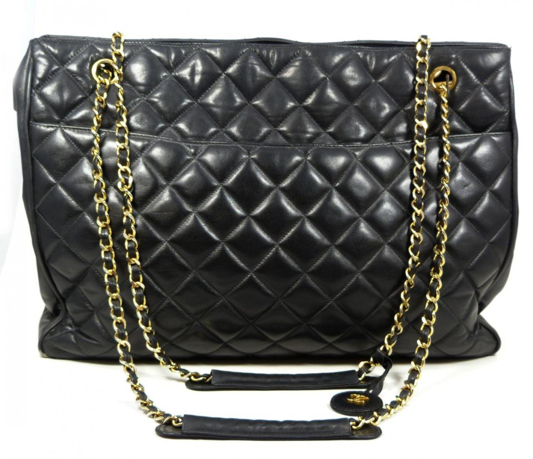 158: CHANEL QUILTED DIAMOND BLACK LEATHER HANDBAG