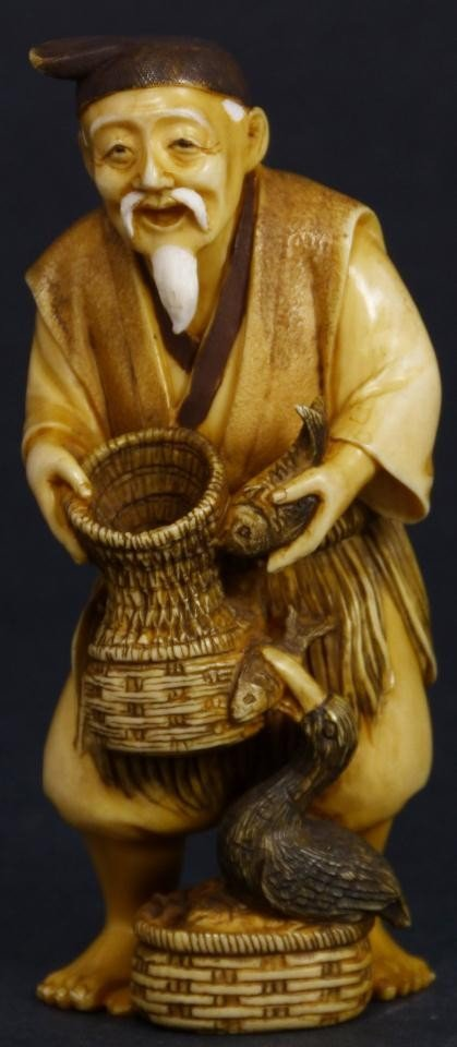 17: JAPANESE CARVED IVORY FIGURE OF A FISHERMAN