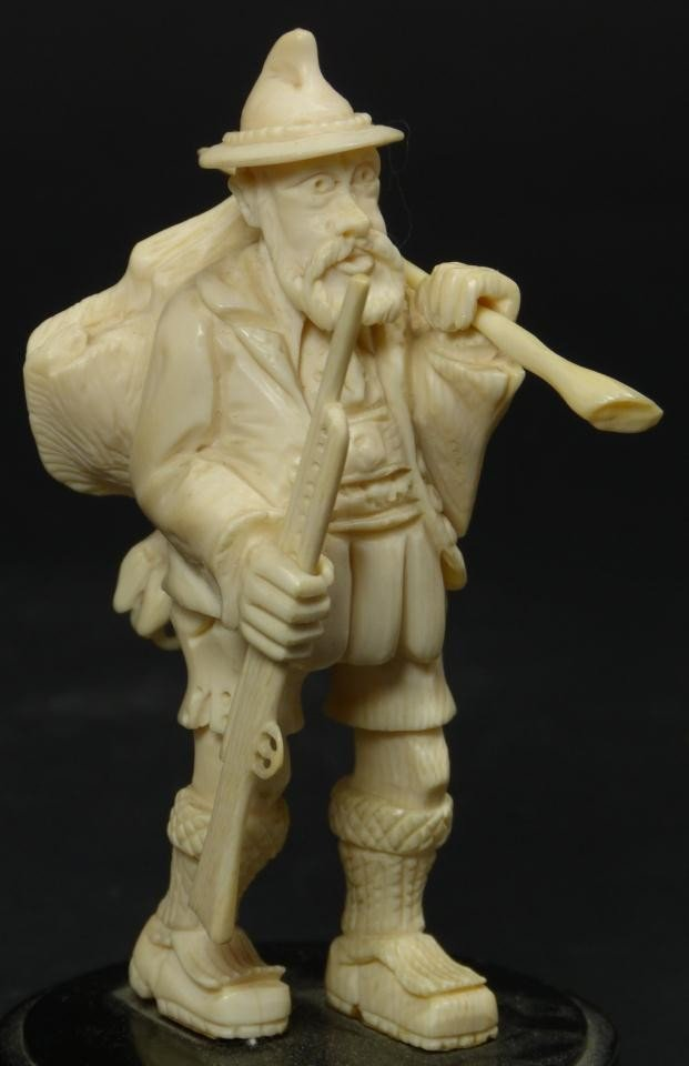 13: CONTINENTAL CARVED IVORY FIGURE OF GERMAN HUNTER