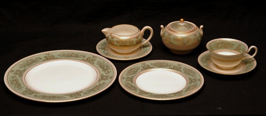 46: 61pc WEDGWOOD SAGE GREEN COLUMBIA GOLD CHINA SET