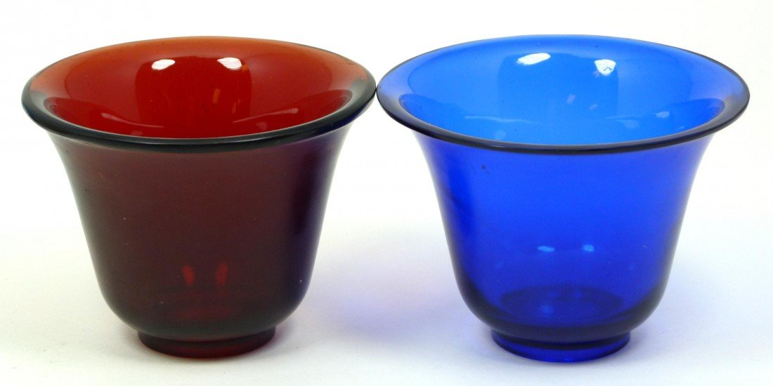 569: PAIR OF CHINESE BLUE & RED PEKING GLASS WINE CUPS