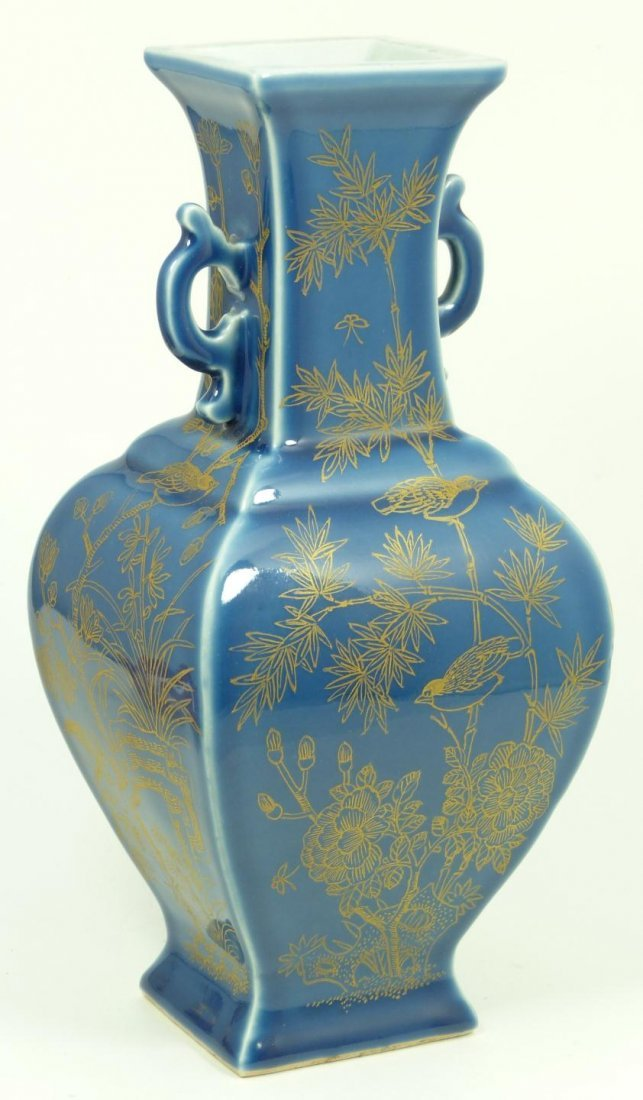 517: 19th CENTURY CHINESE BLUE & GOLD PORCELAIN VASE