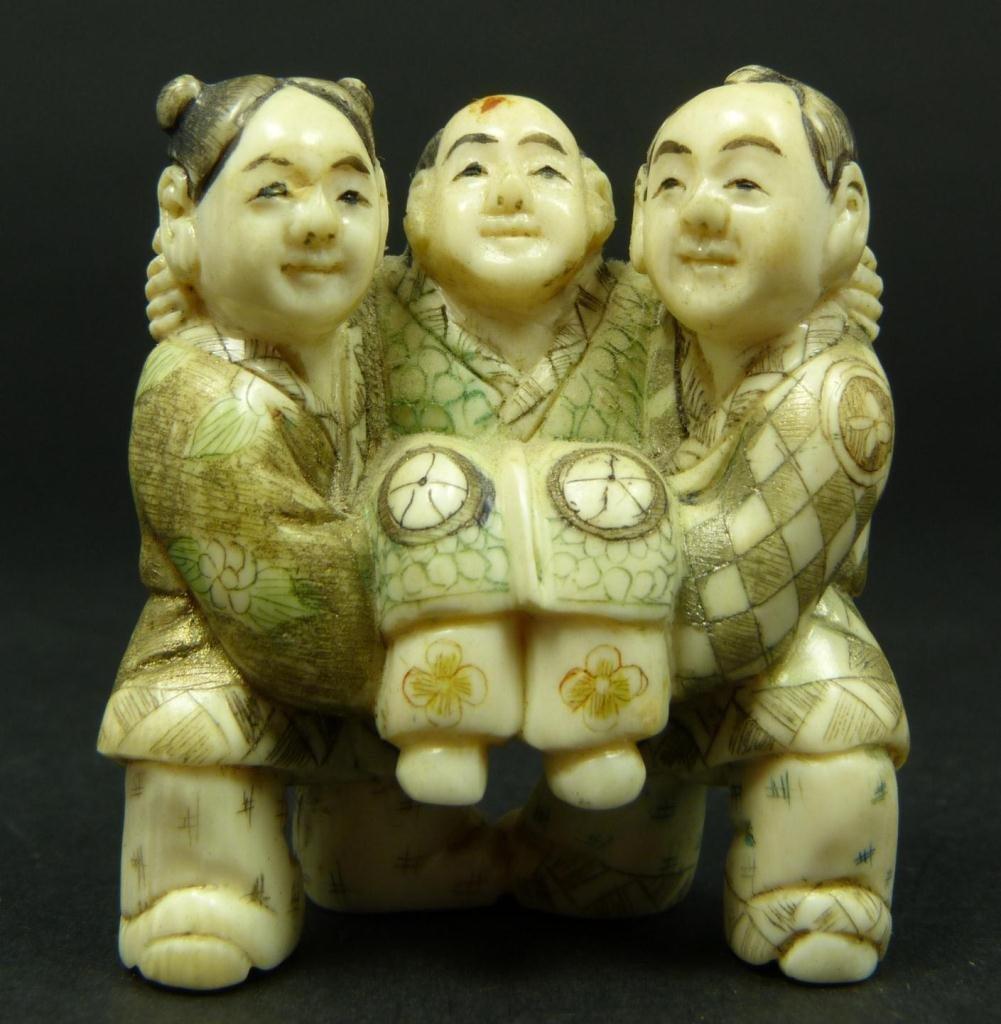 281A: JAPANESE CARVED IVORY NETSUKE OF THREE MEN