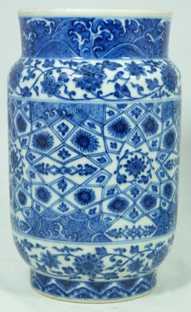 13: 18th CENTURY CHINESE BLUE AND WHITE VASE