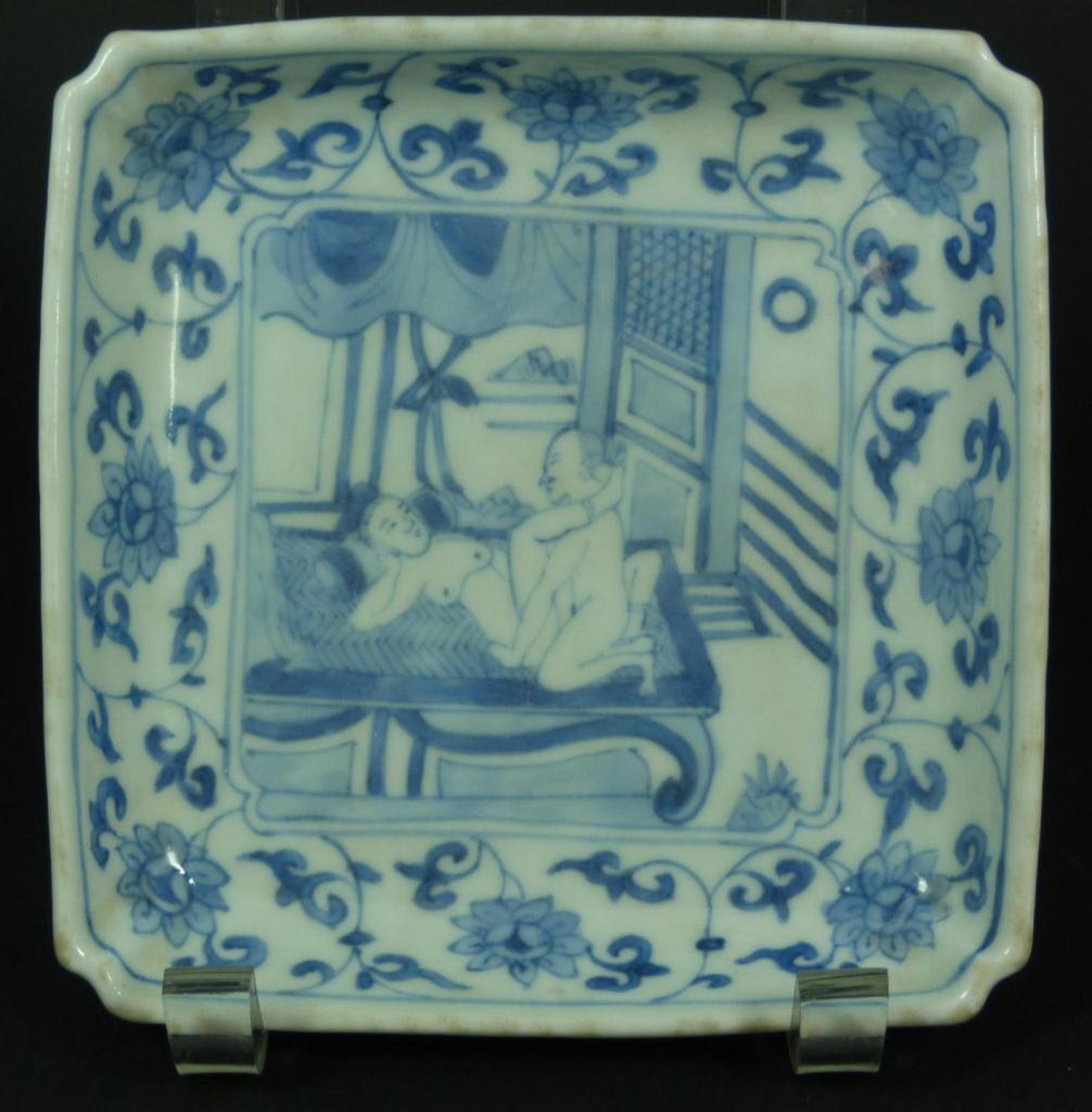 14: 18th CENTURY CHINESE BLUE & WHITE EROTIC DISH