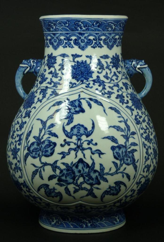 18th CENTURY CHINESE BLUE & WHITE HANDLED VASE