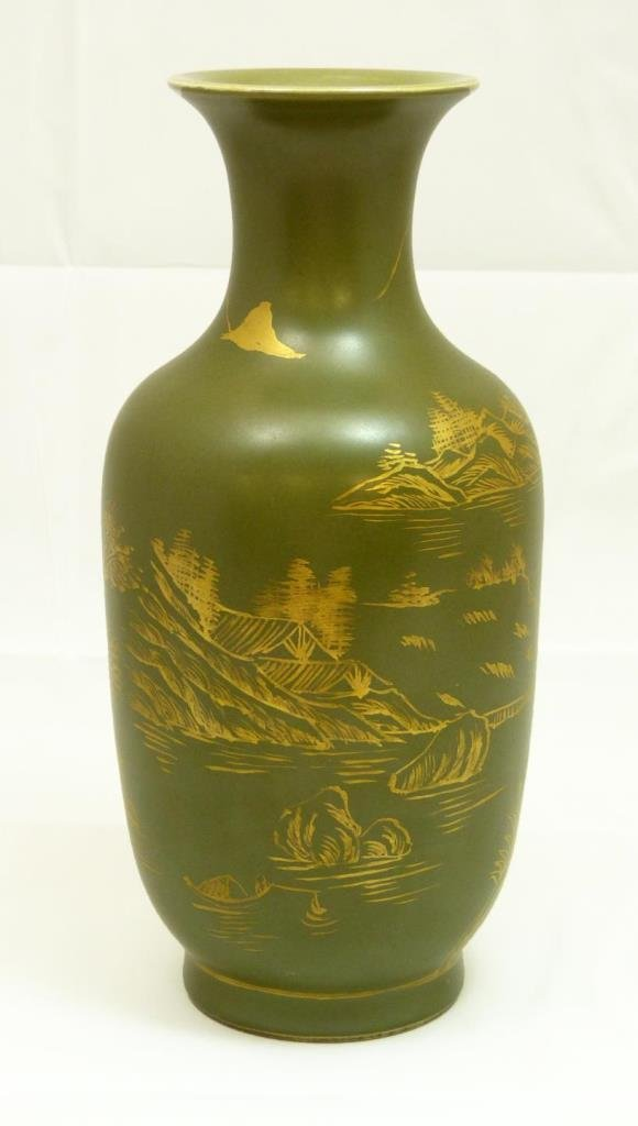 19th CENTURY CHINESE GREEN AND GOLD VASE