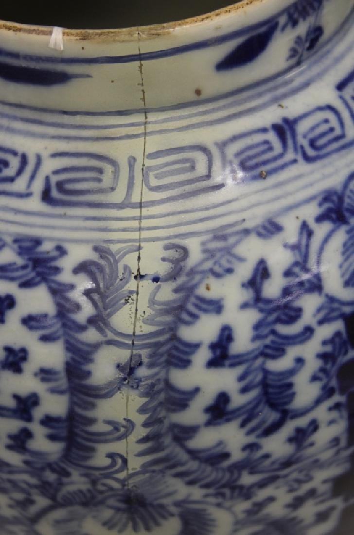 VINTAGE CHINESE BLUE AND WHITE PORCELAIN VASE - 2