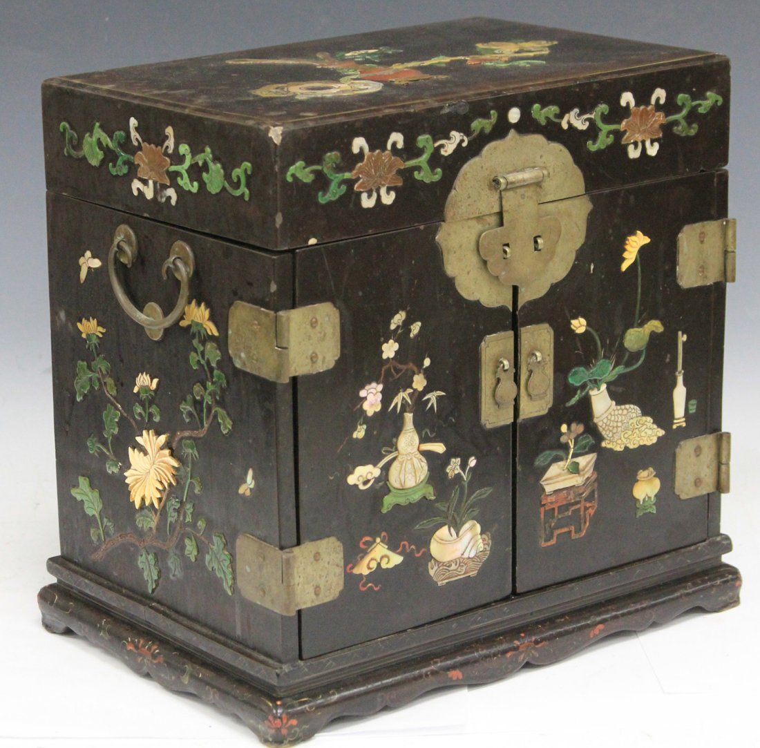 VINTAGE CHINESE LACQUERED BOX W/ CARVED HARDSTONE