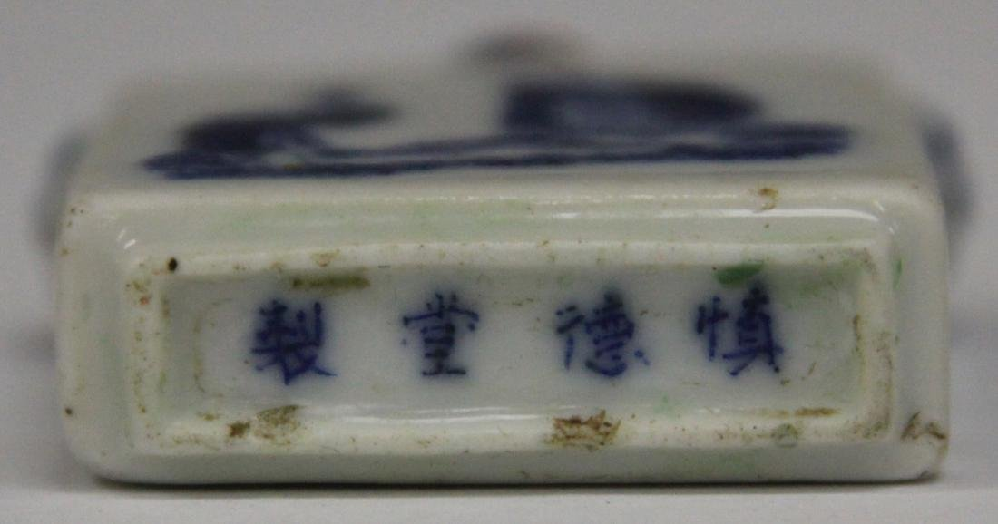 EARLY CHINESE BLUE & WHITE PORCELAIN SNUFF BOTTLE - 3