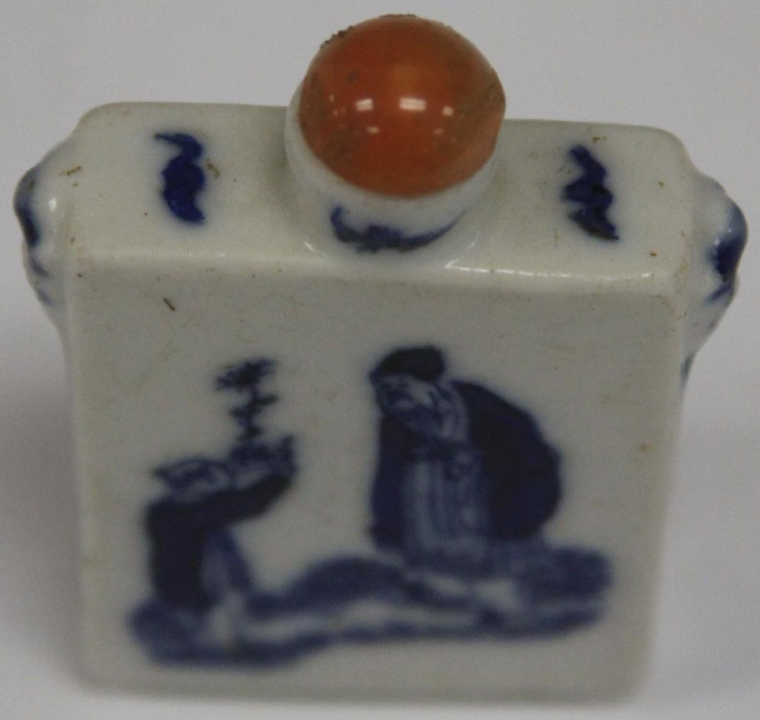 EARLY CHINESE BLUE & WHITE PORCELAIN SNUFF BOTTLE - 4
