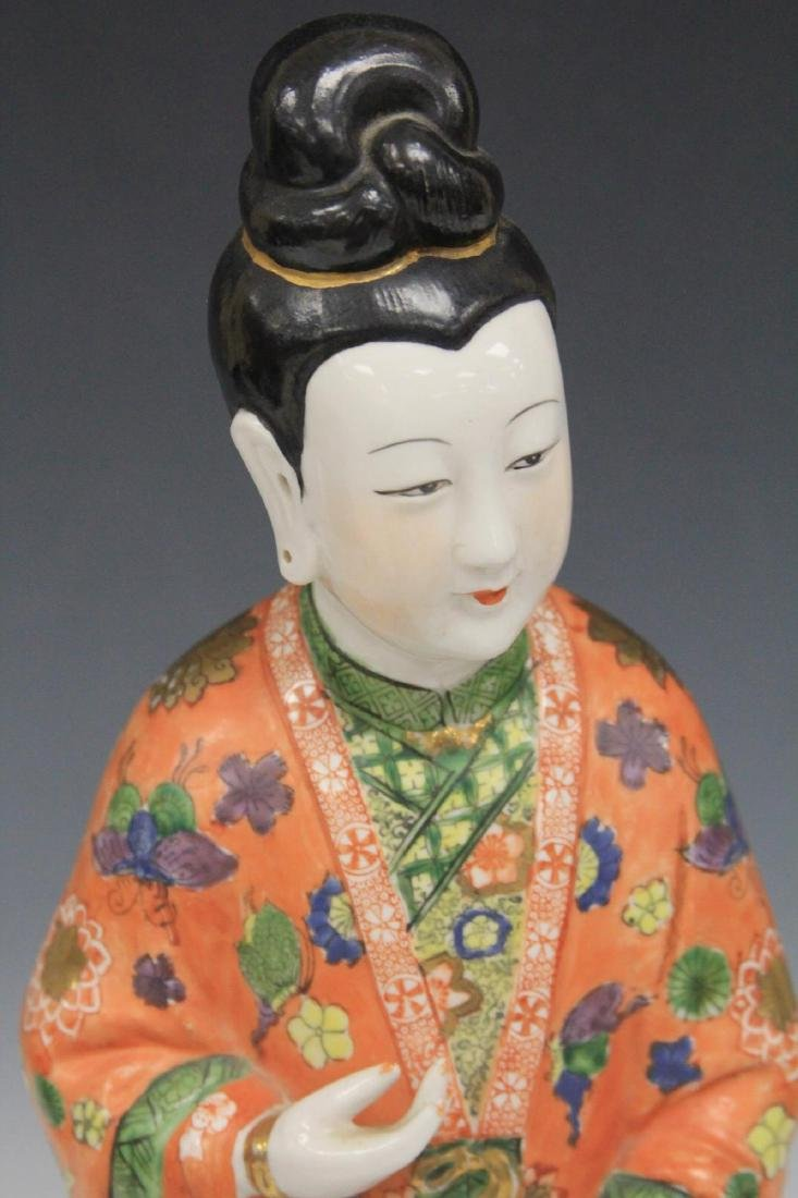 20TH C. CHINESE PORCELAIN FIGURE ON WOOD STAND - 2