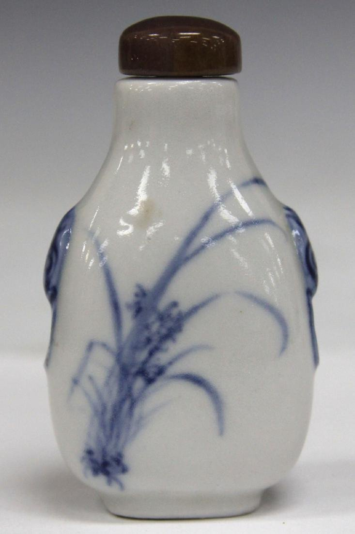 VINTAGE CHINESE PORCELAIN SNUFF BOTTLE