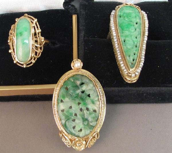 21: LOT OF (3) JADE PIECES pendant and two rings some w