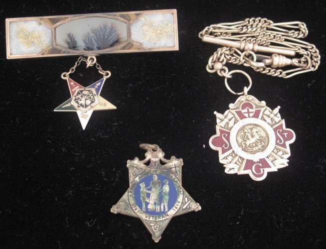 523: LOT WITH (2) PENDANTS AND (1) WATCH FAB late 19th-