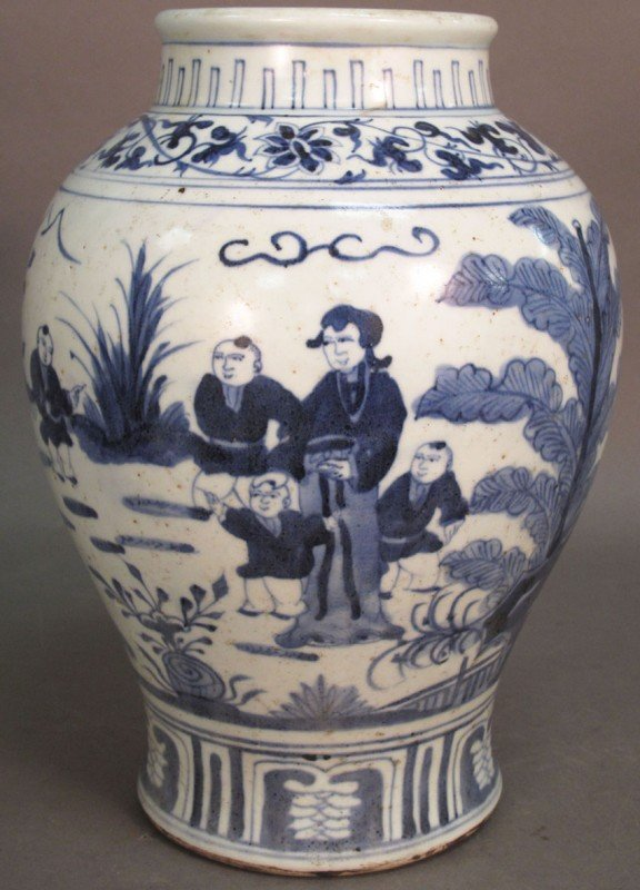 "82: MING DYNASTY BLUE & WHITE CHINESE VASE, 11"" high"