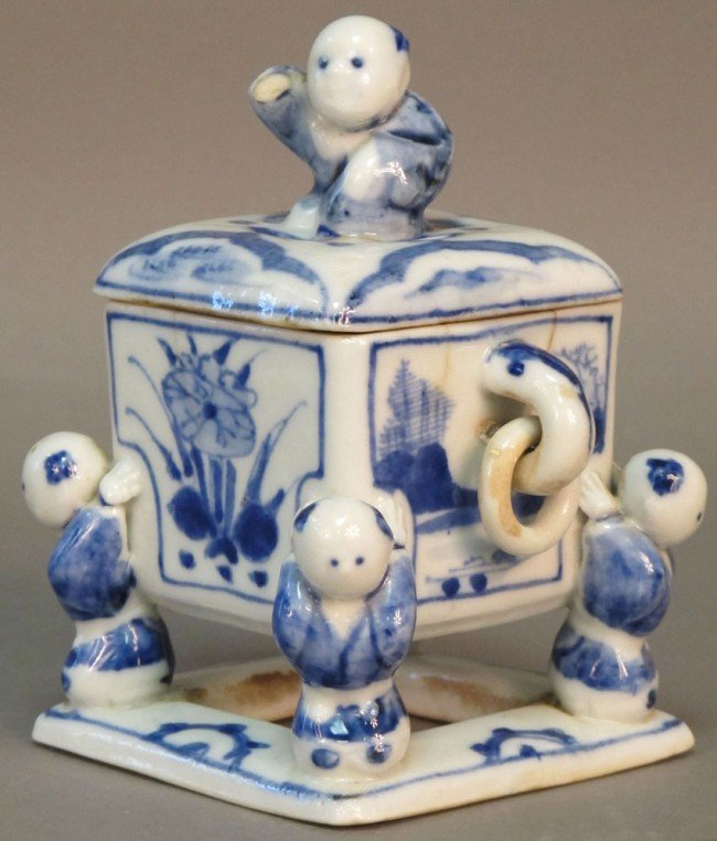 136: CHINESE BLUE AND WHITE PORCELAIN BOX circa 18th/19