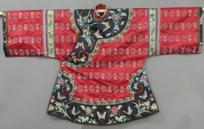 154: CHINESE EARLY 20TH CENTURY SILK EMBROIDERED ROBE W
