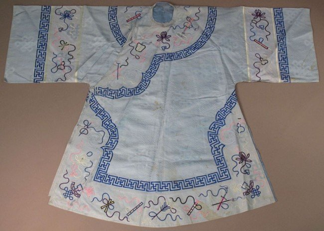 155: CHINESE EARLY 20TH CENTURY SILK EMBROIDERED ROBE