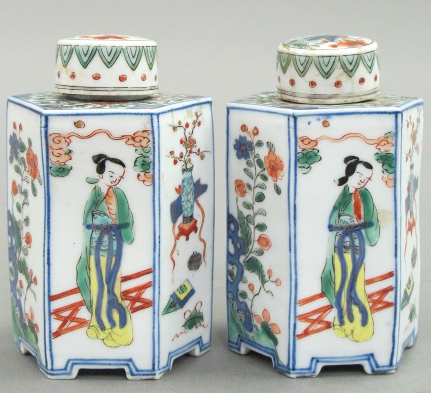 PAIR OF 18TH CENTURY CHINESE PORCELAIN WUCAI SI