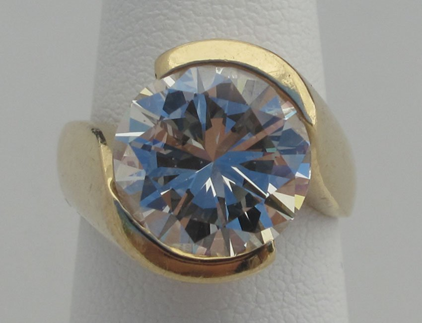 7065: ROUND BRILLIANT CUT 5.84 CT DIAMOND color- G-H,