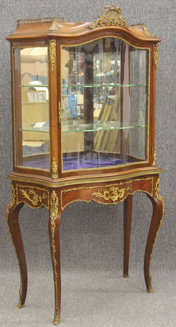 7974: FRENCH LOUIS XV STYLE SERPENTINE GLASS CURIO CABI
