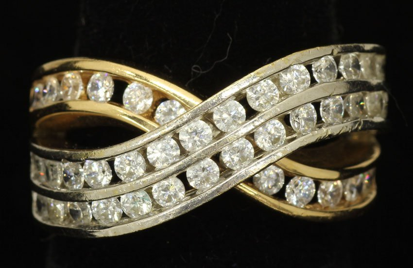 8484: LADIES GOLD RING WITH DIAMONDS