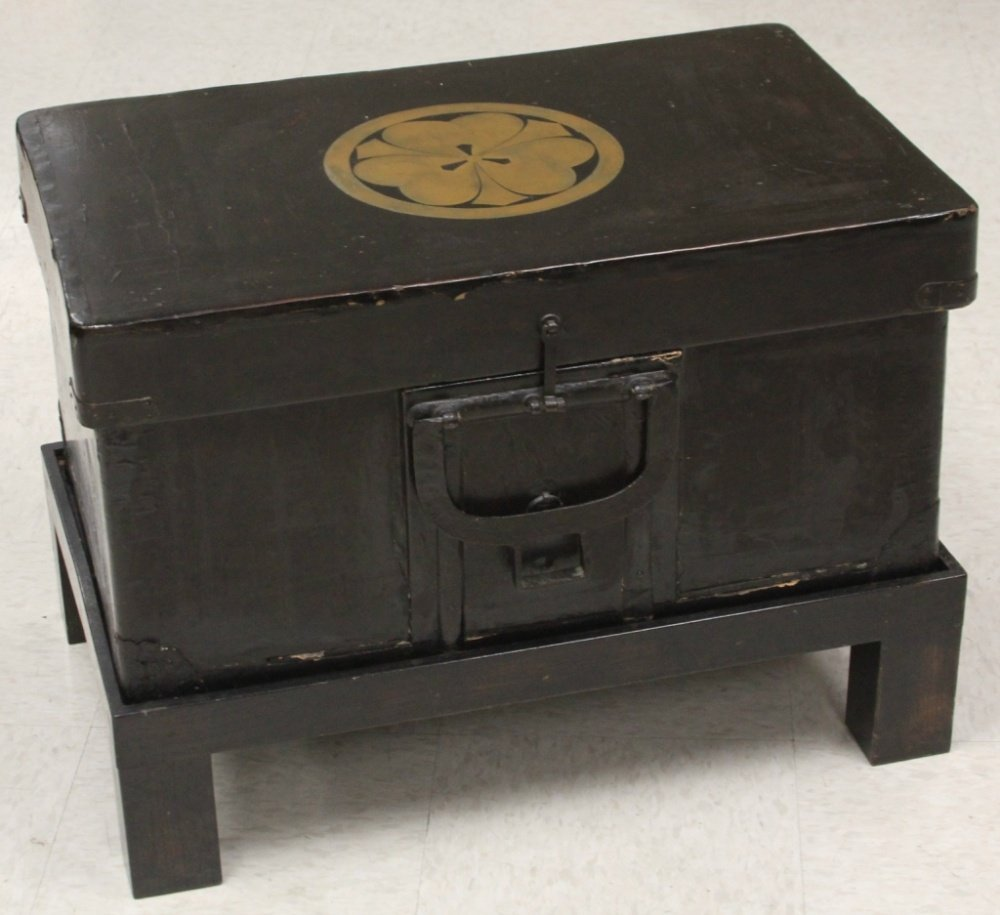 JAPANESE BLACK LACQUERED TRAVELING CHEST
