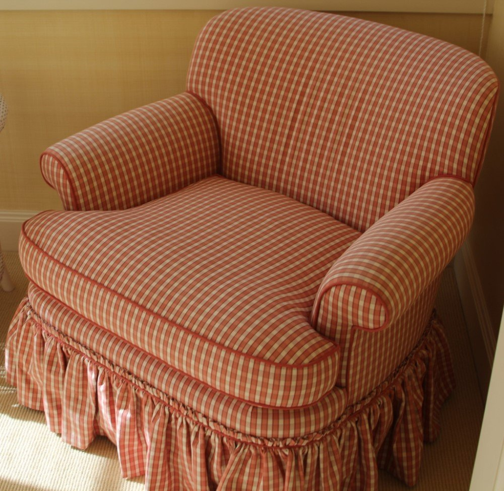 PAIR OF PINK DESIGNER CHAIRS WITH WICKER TABLE - 2
