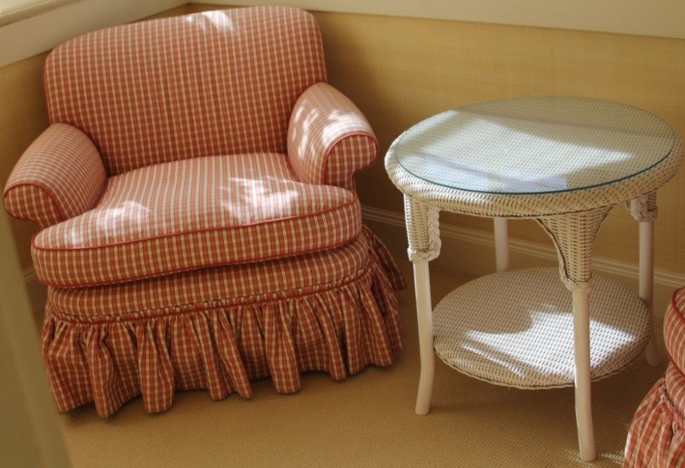 PAIR OF PINK DESIGNER CHAIRS WITH WICKER TABLE - 3