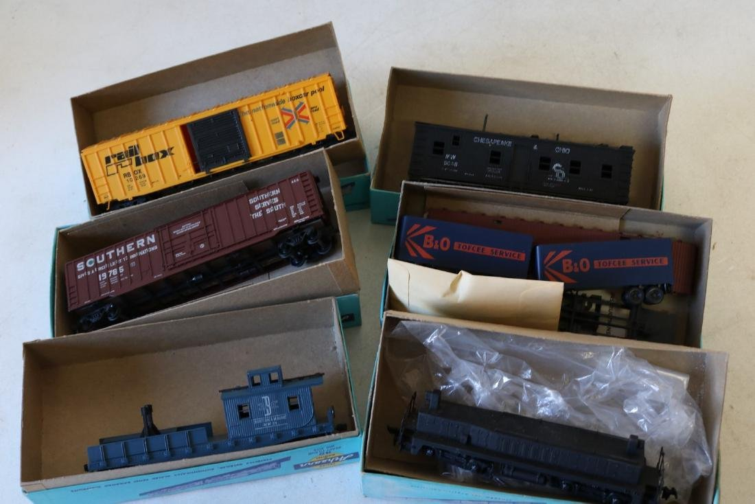 Lot of Ahearn H.O. Scale Trains in boxes - 3