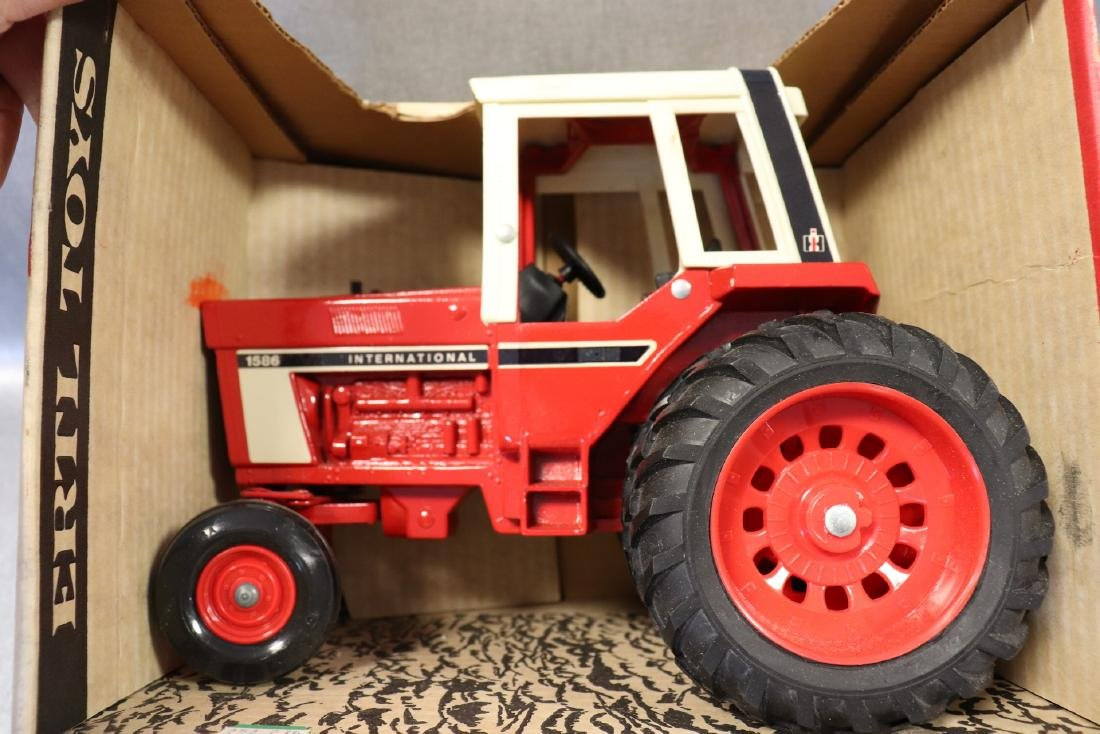 Ertl, International 1586 Tractor with Cab & Four Roller - 4