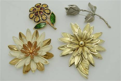 A lot of four vintage flower pins/brooches.