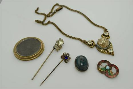 A lot of antique miscellaneous jewelry.