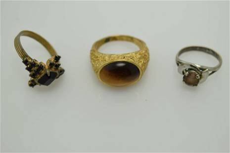 A lot of three vintage rings.