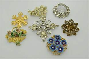 A lot of seven vintage pins/ brooches.