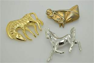 A miscellaneous lot of two horse shaped items and a