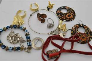 A lot of thirteen pieces of vintage jewelry.