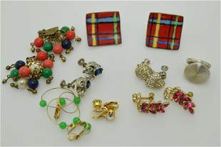 A lot of eight vintage pairs of earrings.