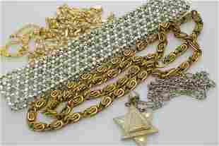 A lot of five vintage necklaces.