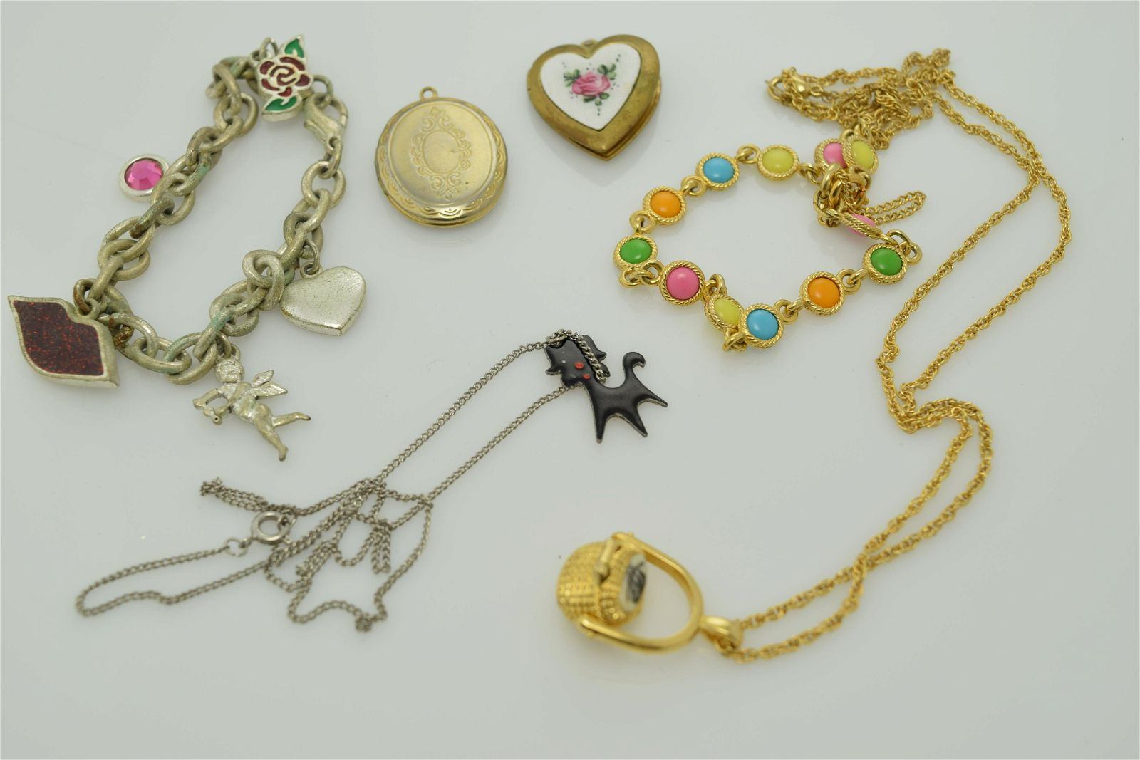 A lot of six miscellaneous vintage pieces of jewelry.