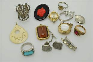 A miscellaneous lot of vintage jewelry items.