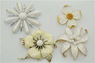 A lot of four vintage flower pins/brooches. All are