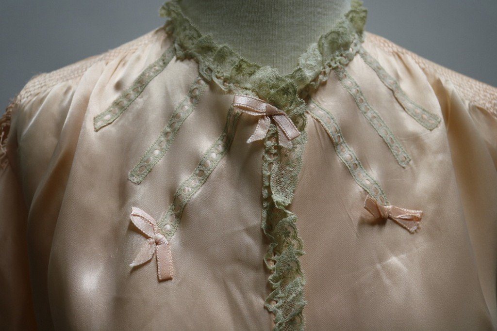 Vintage 1930's Peach Rayon and Lace Bed Jacket by - 2