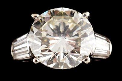 18 CT. WHITE GOLD ROUND BRILLANT CUT DIAMOND RING WITH