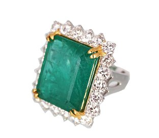 18 CT. GOLD COLOMBIAN EMERALD AND DIAMOND RING