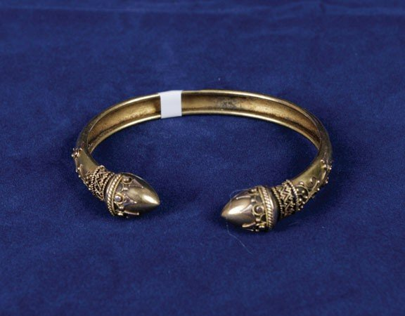 11: 15ct gold Egyptian style open bangle