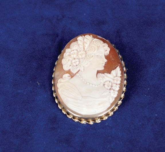 16: 9ct gold cameo brooch