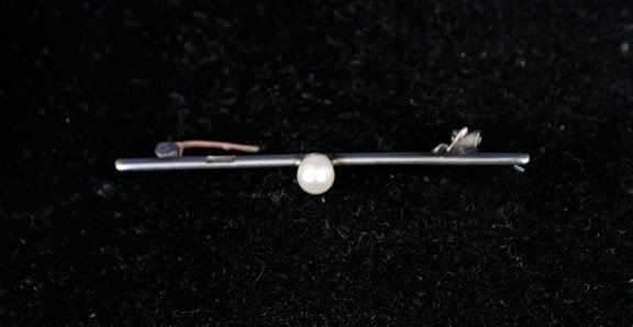 21: 18ct gold and pearl brooch