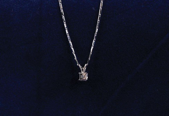5: 18ct white gold pendant on an 18ct white chain